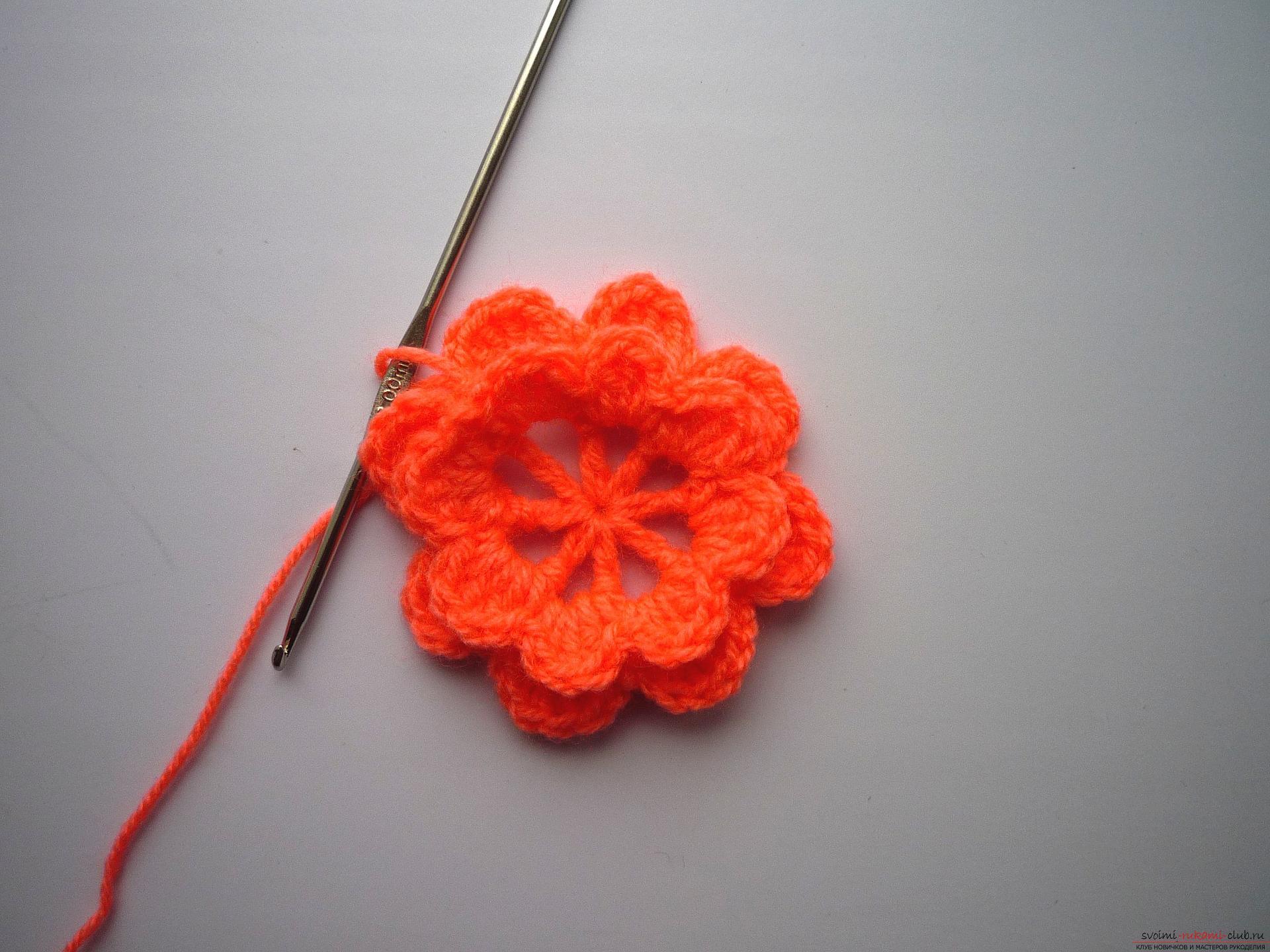 Мастер-класс с фото научит вязать симпатичные прихватки крючком с объемным цветком.. Фото №6