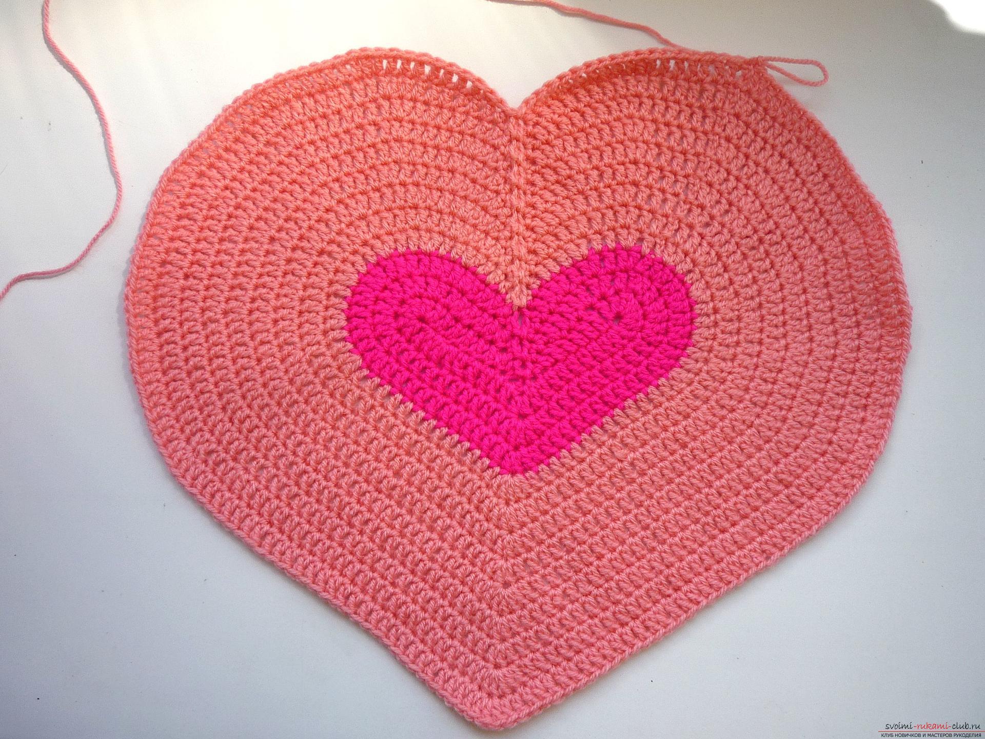 Связать подушку сердцем