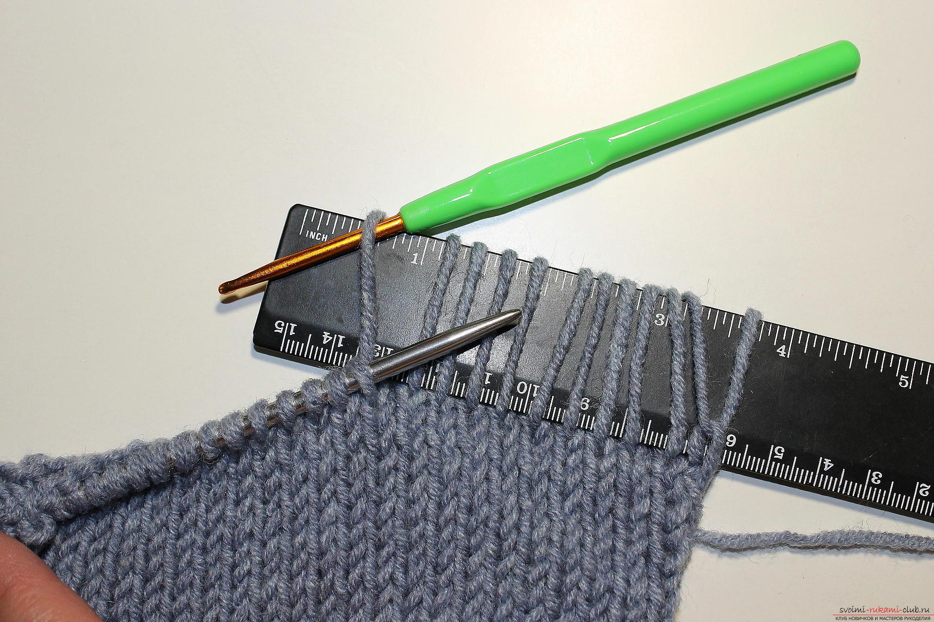 Этот подробный мастер-класс вязания спицами со схемой рисунка, описанием и пошаговыми фото расскажет как связать своими руками пончо Фиолетовый шик