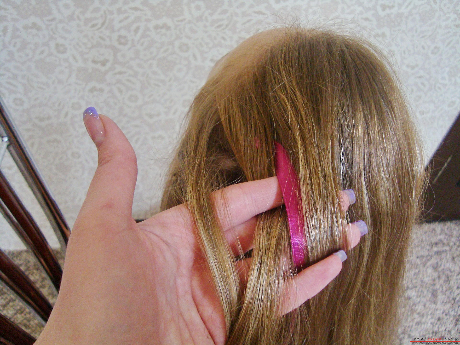 Подробная инструкция с фото и видео поможет создать красивую прическу дома.</p> </div> <p> Используя мастер-класс по прически можно своими руками создать удивительный образ для праздника.</p> <p> Коса, уложенная в цветок, сделает прическу на длинных волосах самой красивой.. Фото №4″/></p> <p>Начинаем создавать красивые переплеты для создания уникальной четырехпрядной косы. Первой проплетается прядь, находящаяся с краю по левую сторону.</p> <p> Она сначала переплетается поверх второй прядки, а потом словно змейка ныряет под малиновую атласную ленту.</p> <p> Конец пряди должен свисать вниз, занимая позицию возле последней части косы, но никак не пересекается с правой прядкой.</p> <p> Конечное положение перемещения левой пряди не должно быть такое, как на фото, здесь уже запечатлен момент, когда начался второй переплет.</p> <p><div style=