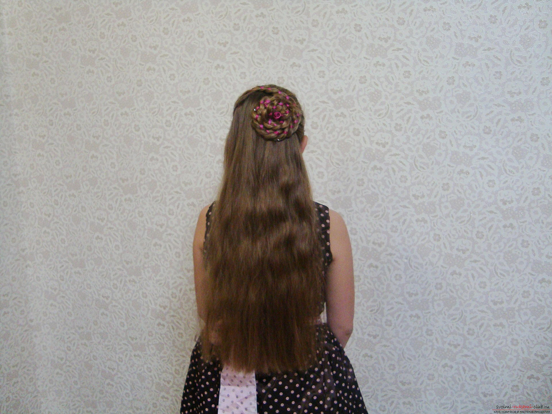 Подробная инструкция с фото и видео поможет создать красивую прическу дома. Используя мастер-класс по прически можно своими руками создать удивительный образ для праздника.</p> </div> <p> Коса, уложенная в цветок, сделает прическу на длинных волосах самой красивой.. Фото №2″/></p> <p>Начинаем процесс создания прически с того, что расчесываем вертикально все пряди по длине, при этом масса волос должна рассыпаться по спине.</p> <p> Предварительно вымойте волосы и просушите их тщательно.</p> <p><div style=