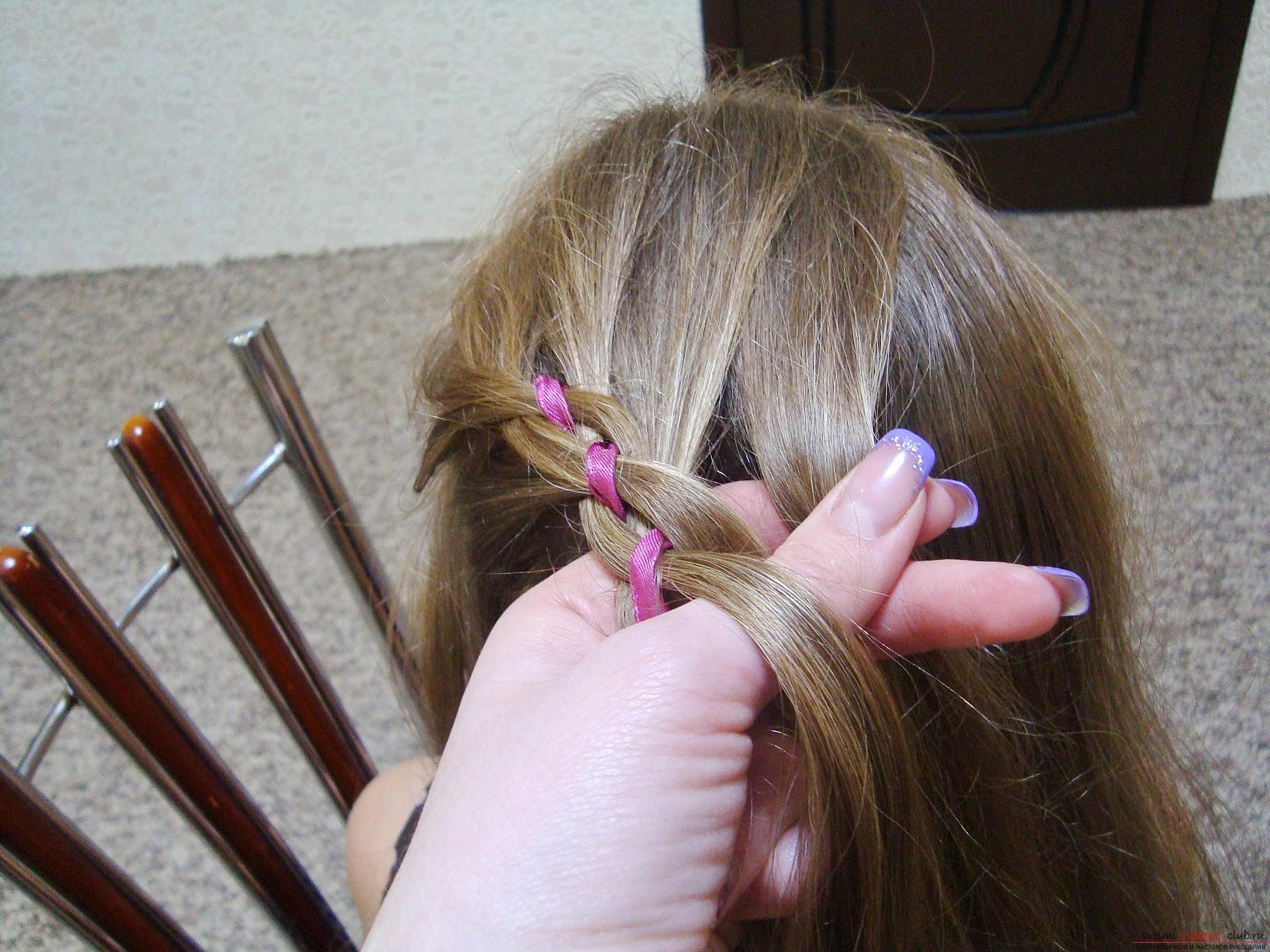 Подробная инструкция с фото и видео поможет создать красивую прическу дома.</p> </div> <p> Используя мастер-класс по прически можно своими руками создать удивительный образ для праздника.</p> <p> Коса, уложенная в цветок, сделает прическу на длинных волосах самой красивой.. Фото №8″/></p> <p>Из правой позиции прядь всегда перемещается вместе с добавленными волосами под четвертой частью и над второй условной прядкой (это будет лента) и встает на позицию под номером два.</p> <p><div style=