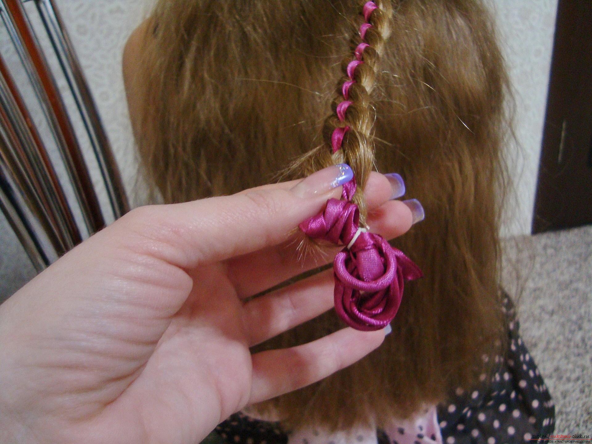 Подробная инструкция с фото и видео поможет создать красивую прическу дома.</p> </div> <p> Используя мастер-класс по прически можно своими руками создать удивительный образ для праздника.</p> <p> Коса, уложенная в цветок, сделает прическу на длинных волосах самой красивой.. Фото №12″/></p> <p>Когда коса сплетена до конца, ее нужно уложить в красивый цветок.</p> <p> Осуществляется это довольно просто нужно спиралью скручивать плетение от конца к верхней части.</p> <p> Заранее выберите направление, к которому нужно стремиться, то есть наметьте визуально расположение розы и крутите к той стороне.</p> <p><div style=