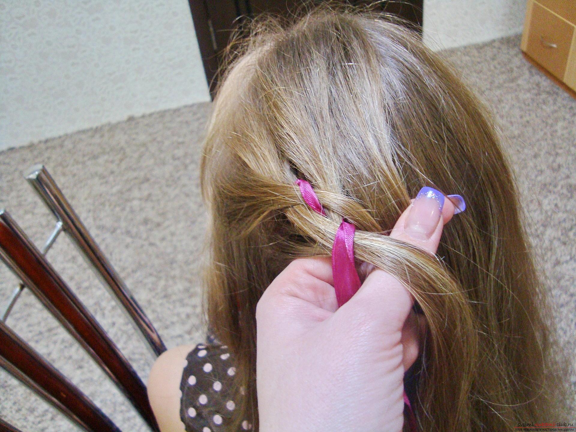 Подробная инструкция с фото и видео поможет создать красивую прическу дома.</p> </div> <p> Используя мастер-класс по прически можно своими руками создать удивительный образ для праздника.</p> <p> Коса, уложенная в цветок, сделает прическу на длинных волосах самой красивой.. Фото №6″/></p> <p>Приступаем снова к переплету нижней части косички, то есть самой левой пряди.</p> <p> Ее расположение должно измениться и переместиться из первой позиции в третью.</p> <p> Но делается это перемещение без добавления волос. Нужно просто аккуратно разгладить прядь, исключить ее перемешивания с нижними волосами, слегка загладить и проплести над второй прядкой из волос и под третьей части из атласа.</p> <p> В итоге прядь слева всегда занимает третье место и лишь после начала нового переплета от правой стороны становится крайней частью плетения.</p> <p><div style=