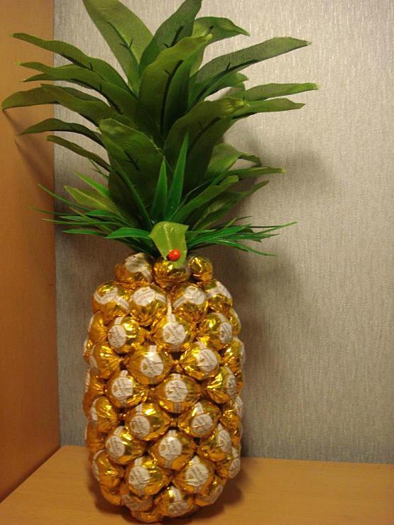 Бутылка в виде ананаса из конфет