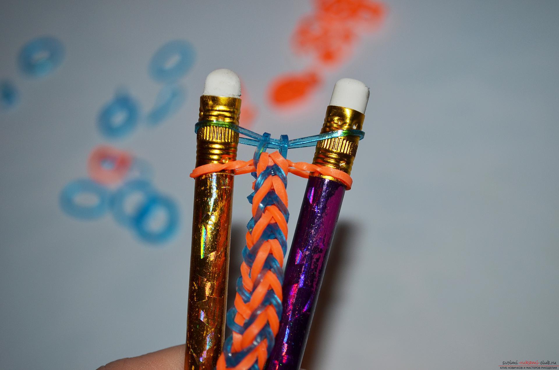 Фото к уроку по изготовлению браслета из цветных резиночек «Рыбий хвост» на карандашах. Фото №15