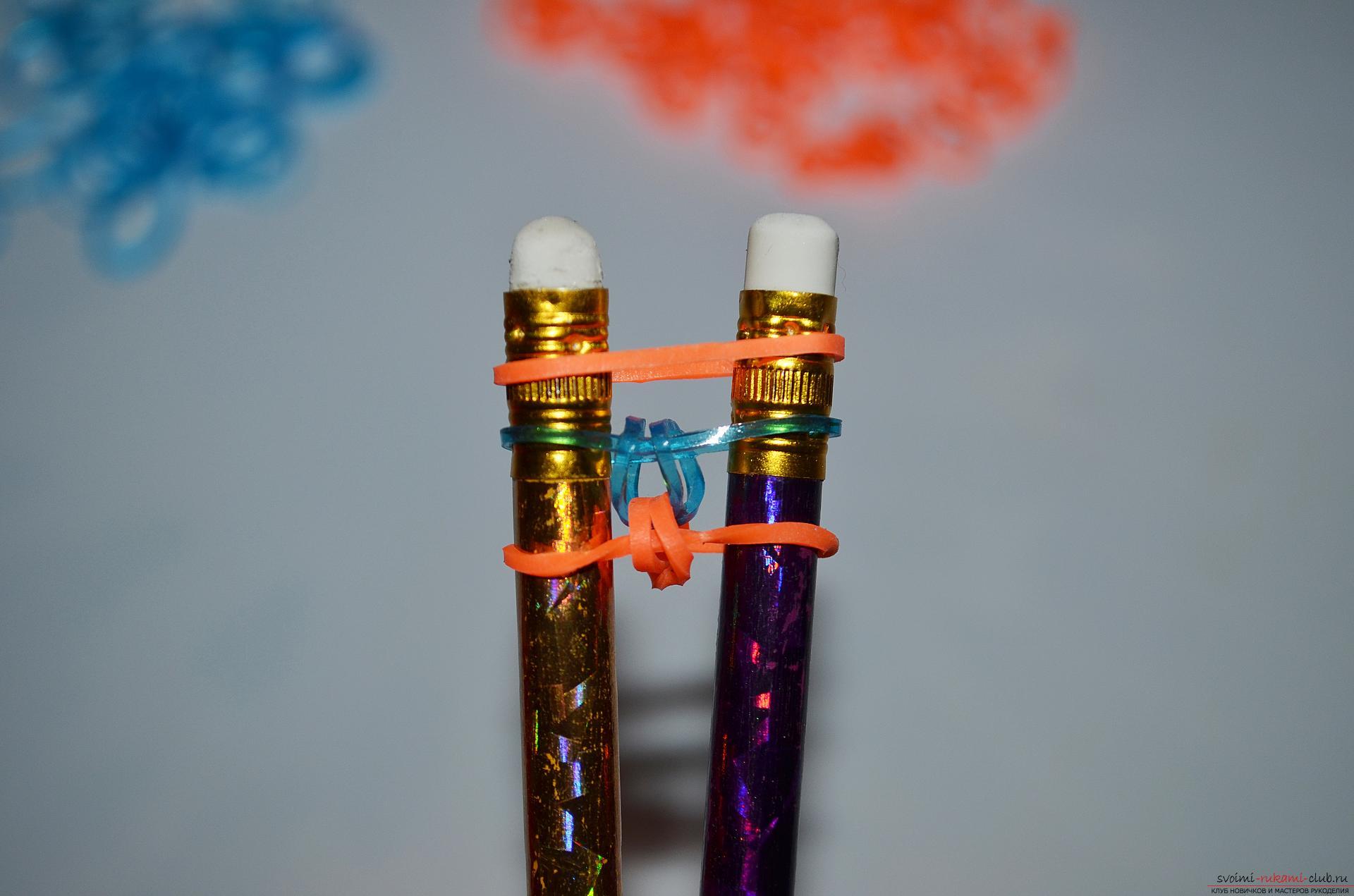 Фото к уроку по изготовлению браслета из цветных резиночек «Рыбий хвост» на карандашах. Фото №11
