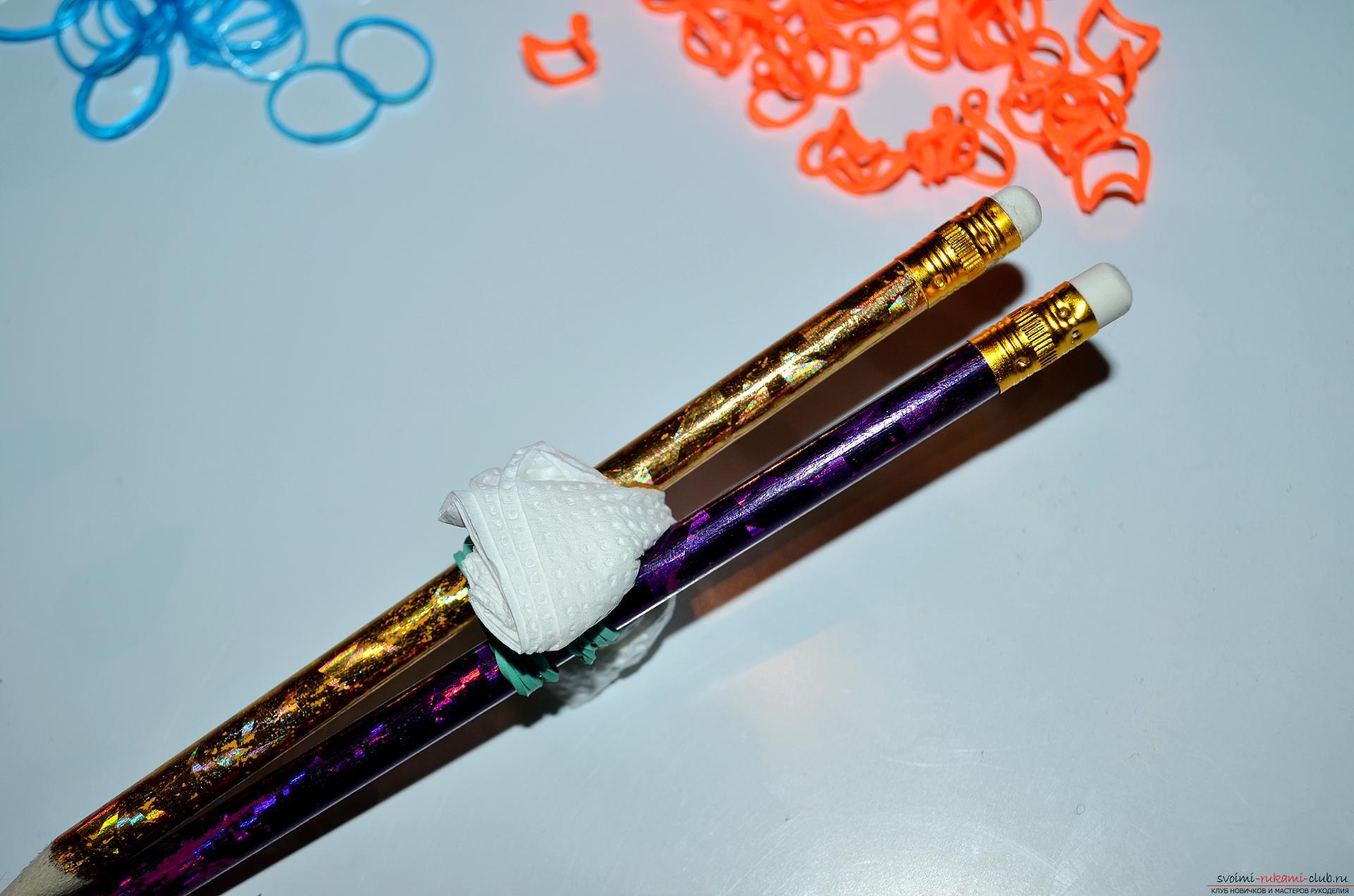 Фото к уроку по изготовлению браслета из цветных резиночек «Рыбий хвост» на карандашах. Фото №3