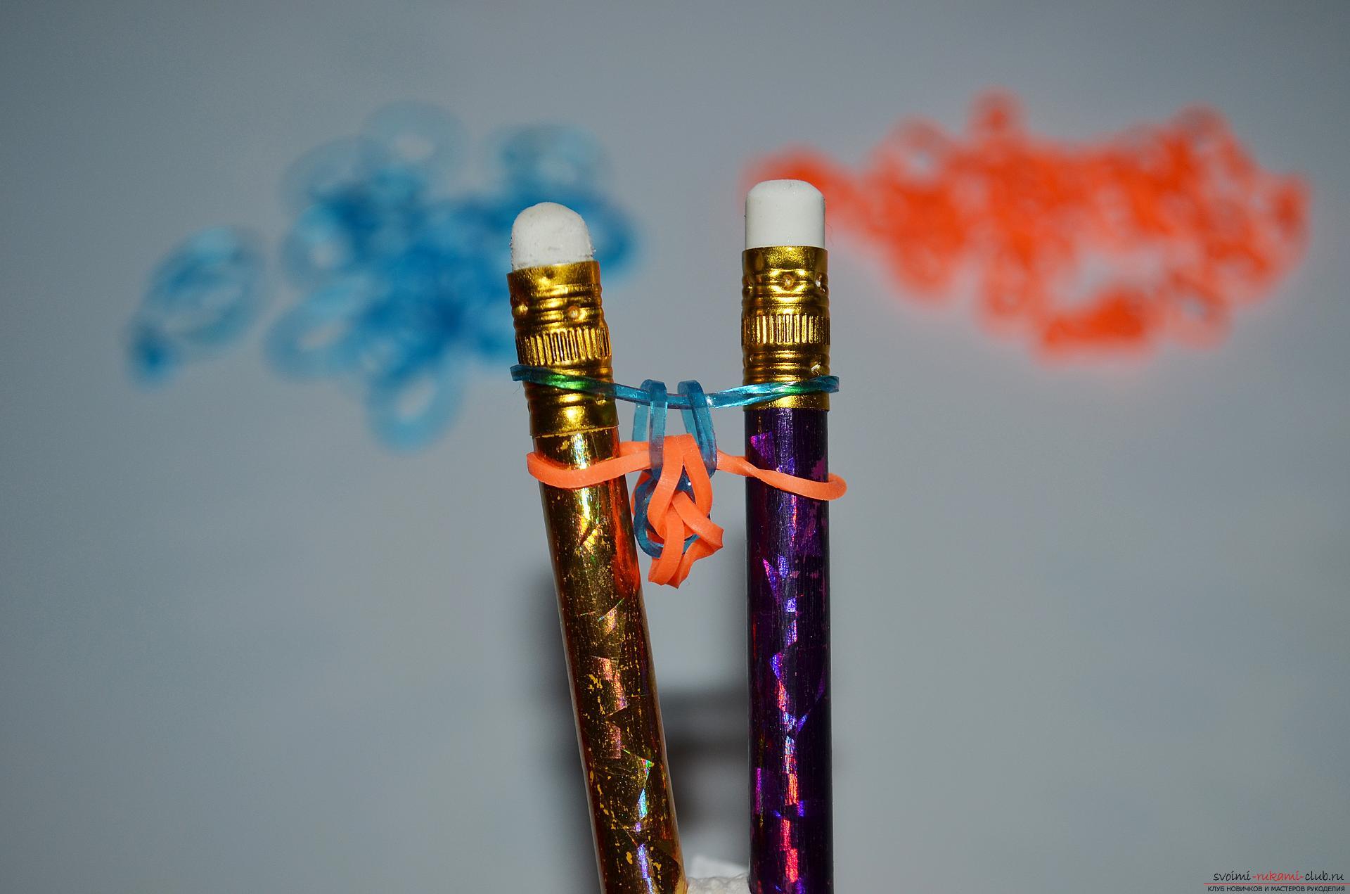 Фото к уроку по изготовлению браслета из цветных резиночек «Рыбий хвост» на карандашах. Фото №13