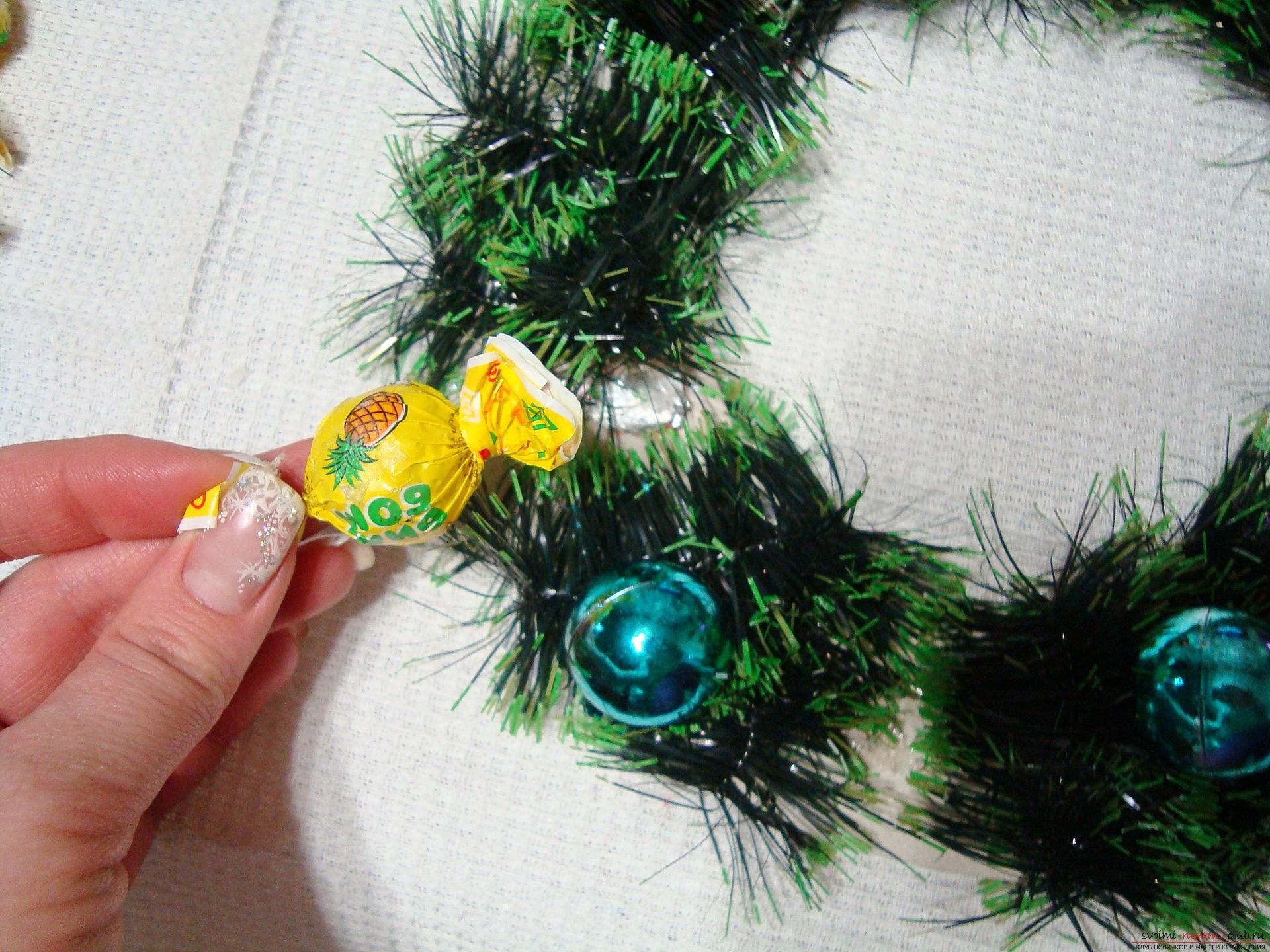Последний этап - приклеивание конфет