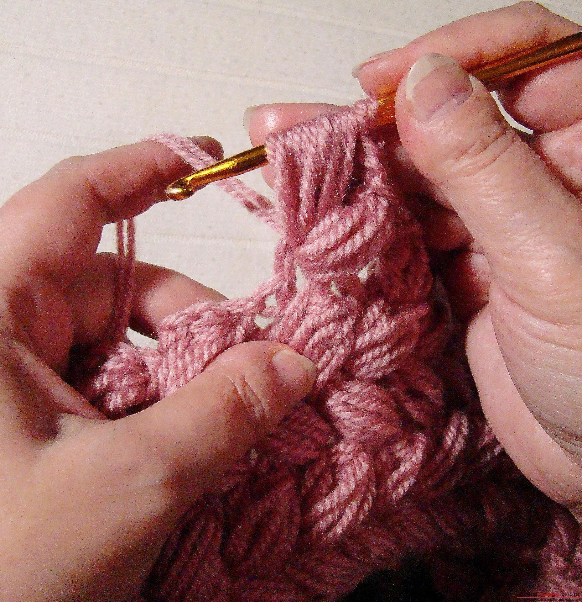 Вязание шапки плетеным узором из пышных столбиков 42