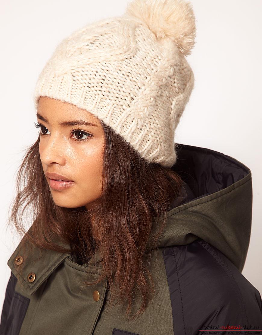 вязаная спицами женская зимняя шапка с помпоном. Фото №2