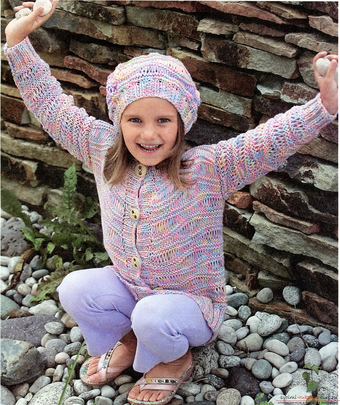 вязаная спицами зимняя шапочка для девочки. Фото №4