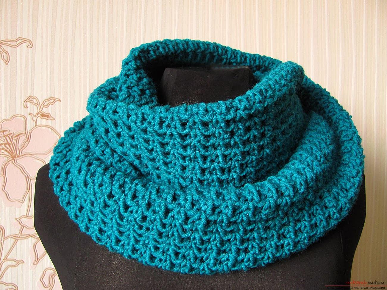 вязаный спицами шарф-снуд. Фото №4