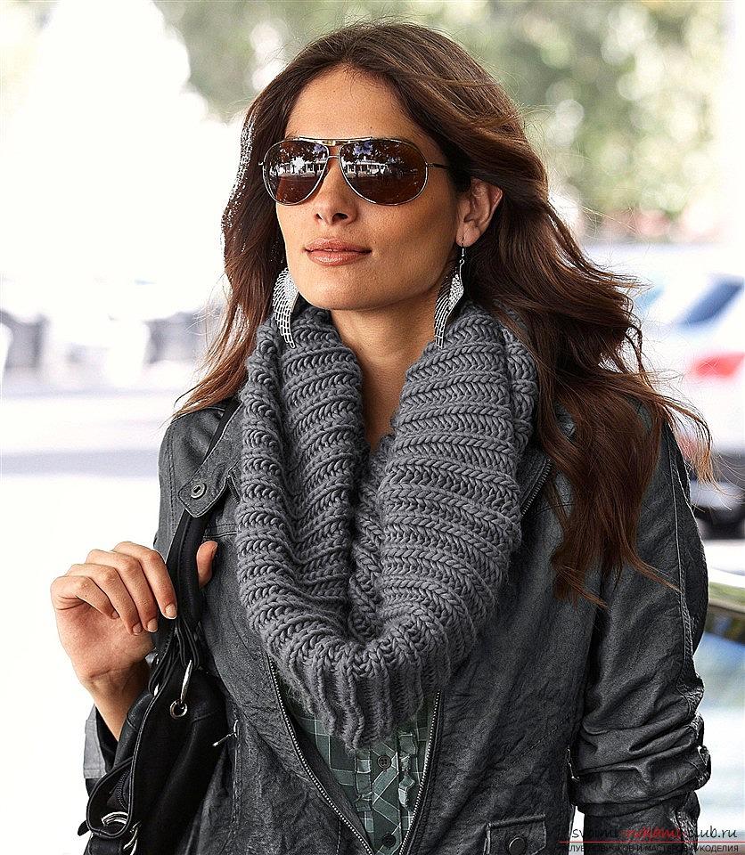 вязаный спицами шарф-хомут для модницы. Фото №2