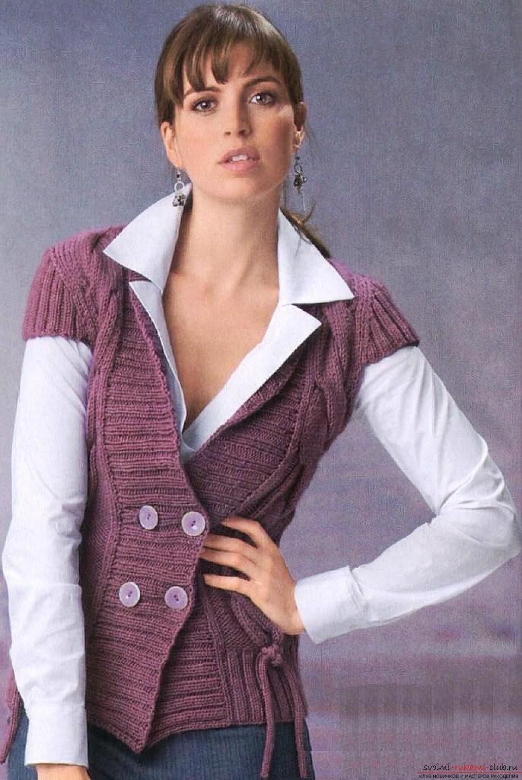 вязаный на спицах оригинальный женский жилет. Фото №1