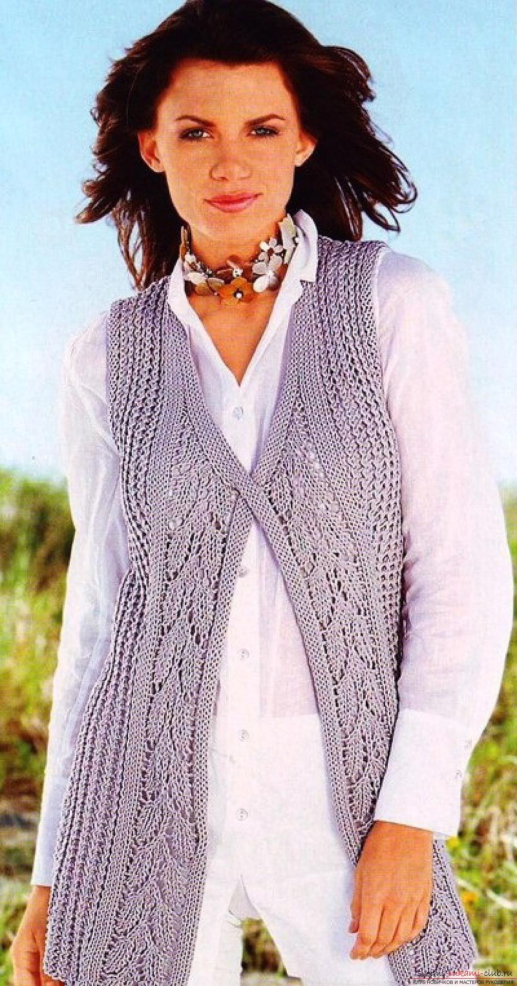 вязаный на спицах оригинальный женский жилет. Фото №5