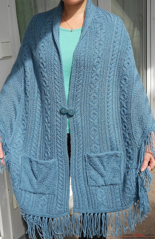 Вязаная спицами накидка с карманами будет одним из самых универсальных элементов в вашем гардеробе