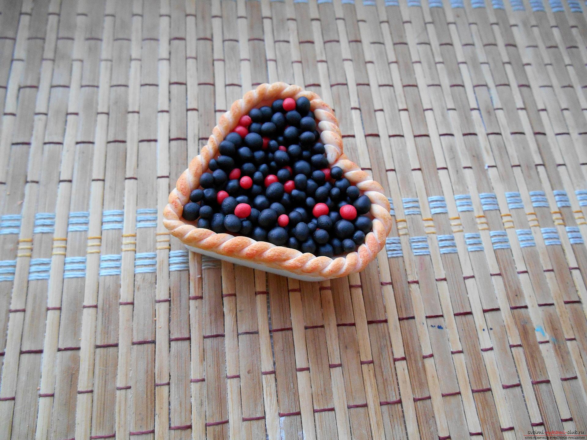 Этот мастер-класс лепки из полимерной глины расскажет как создать поделку смородиновый пирог.. Фото №11