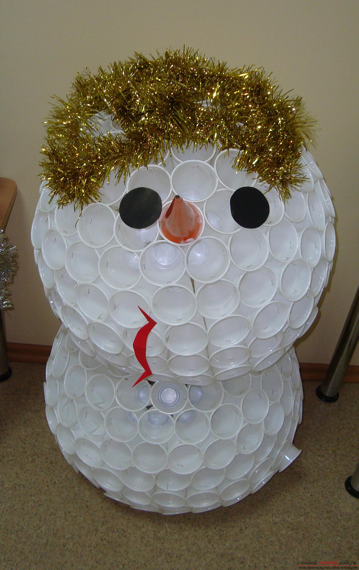 Снеговик из пластиковых стаканчиков пошагово