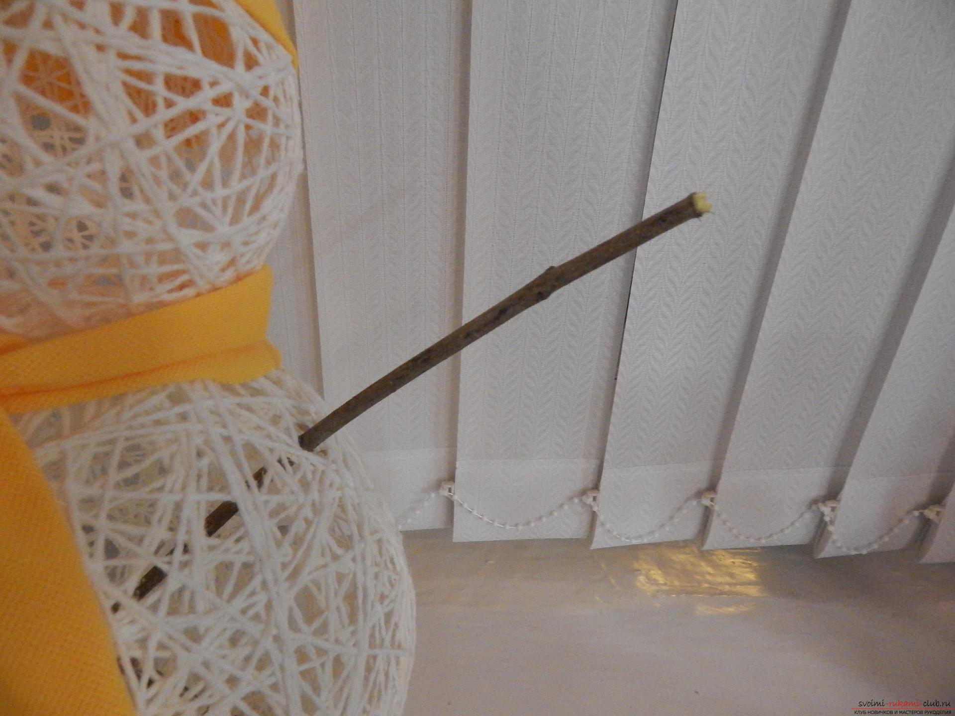 Новогодние поделки очень разнообразны, создать снеговика своими руками можно даже из ниток, если за окном мало снега.. Фото №4