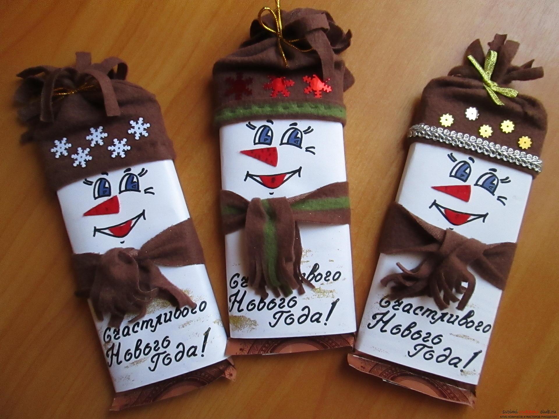 Какой же праздник без подарков?</p> </div> <p> Но особеено приятно получать шоколадки в яркой упаковки.. Фото №1″/> </p> <p>Для создания сладкого подарка нам потребуется:</p> <p>-любой шоколад по Вашему вкусу</p> <p>-клей или двусторонний скотч</p> <p>-фетр, красного цвета</p> <p>-снежинки, бусинки, тесьма и Ваше воображение.</p> <p>У меня нет принтера, поэтому лицо снеговичку я нарисовала сама, а точнее глазки и ротик, носик и язычок, я вырезала из фетра и приклеила к заготовке.</p> <p> Теперь наш шаблон вырезаем по размерам шоколадки, оборачиваем им шоколад и края склеиваем так, чтобы шаблон свободно одевался на плитку.</p> <p>Теперь из флиса вырезаем кусок для шапочки и полоску для шарфика.Шьем шапочку, концы шапочки и шарфика я просто порезала на тонкие полоски.Верх шапочки я затянула шнуром.</p> <p> Все, теперь одеваем снеговичка.</p> <p> И украшаем его на Ваше усмотрение, я надпись посыпала блестками, а шапочку украсила тесьмой, снежинками и звездочками.</p> <p><div style=