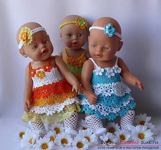 Одежда для пупсов своими руками, которую можно выполнить, сшив или связав.</p> </div> <p> Фото кукольной одежды и выкройки для ее изготовления.</p> <p> Схемы для вязания одежды для кукол.. Фото №1″/></p> <p>Для того чтобы одежда все-таки вышла удачно, необходимо иметь под рукой выкройки тех вещей, которые вы собрались сшить для пупса.</p> <p> Можно не затрачивать большого количества времени на их выполнение, а воспользоваться уже готовыми выкройками, которые легко перенести на бумагу в соответствии с размерами вашей куклы.</p> <h2>Готовые выкройки</h2> <p>1. Выкройка для брюк, которые можно изготовить на куклу.</p> <p> Если вы шьете на маленького пупсика, штанишки лучше сшить на резинке, тогда их будет достаточно удобно одевать, и в то же время они будут плотно держаться на талии игрушки, не сползая при первой возможности.</p> <p><div style=