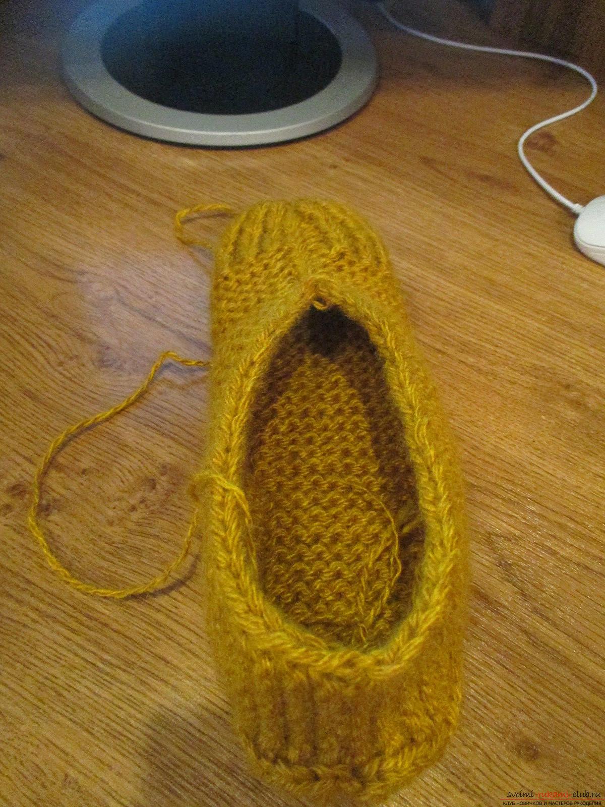 Этот мастер-класс по вязанию тапочек научит вязать теплые и уютные тапочки спицами