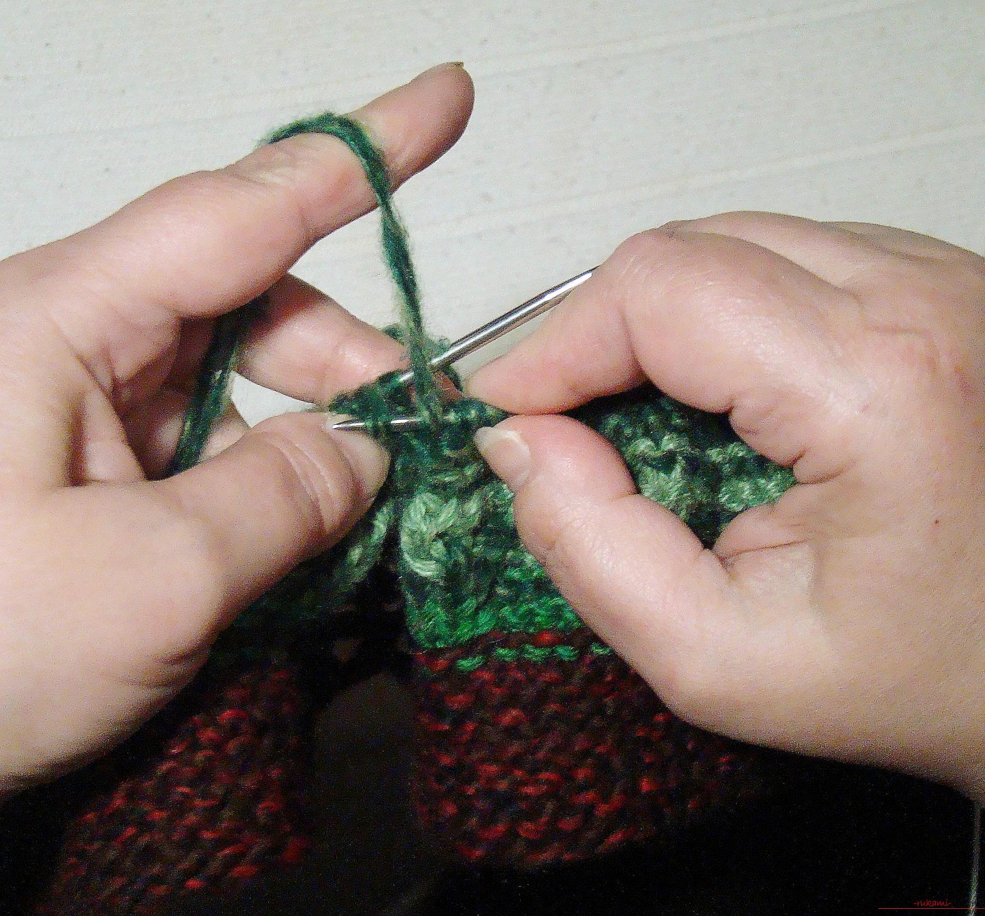 Этот подробный мастер-класс вязания тапочек спицами научит вязать тапочки на двух спицах