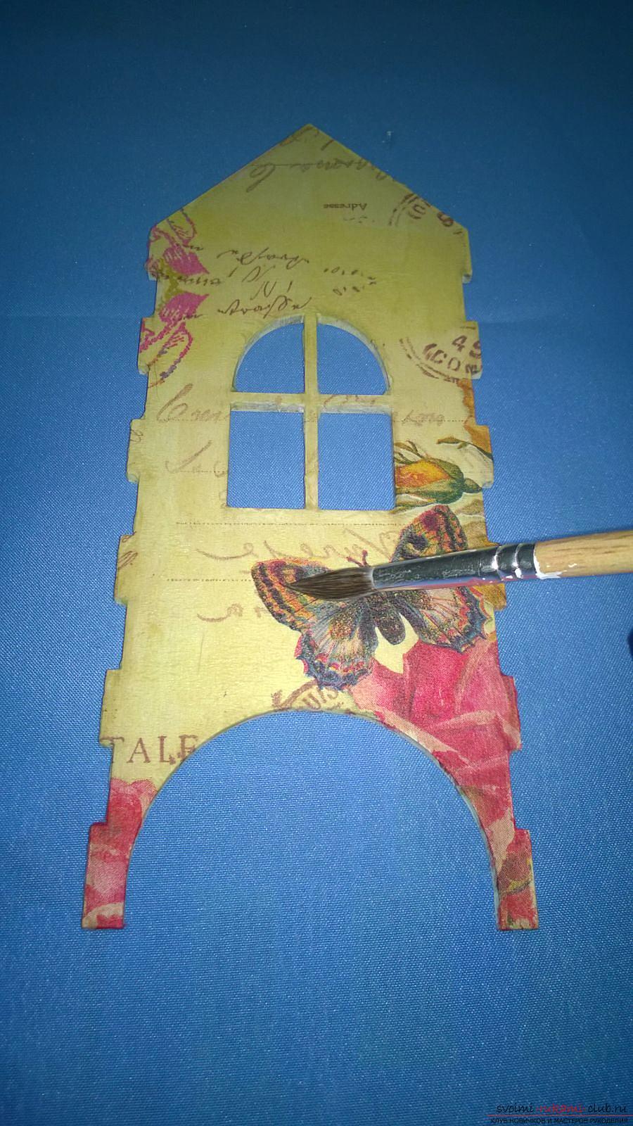 Мастер-класс научит как декорировать оригинальный чайный домик, используя декупаж. Фото №8
