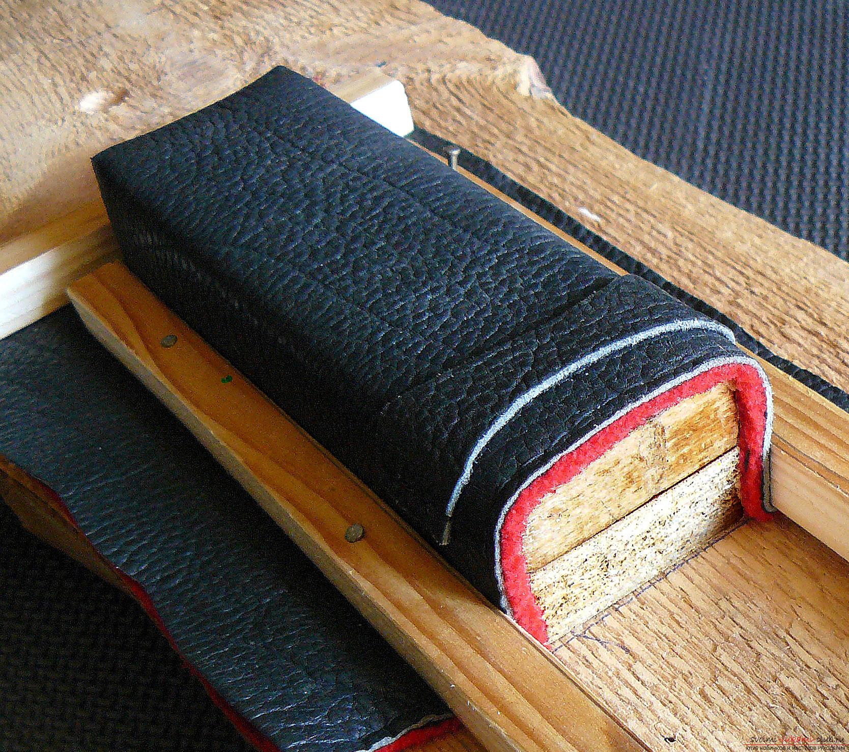 Этот подробный мастер-класс с фото и описанием научит как сделать своими руками кожаный чехол для очков.. Фото №9