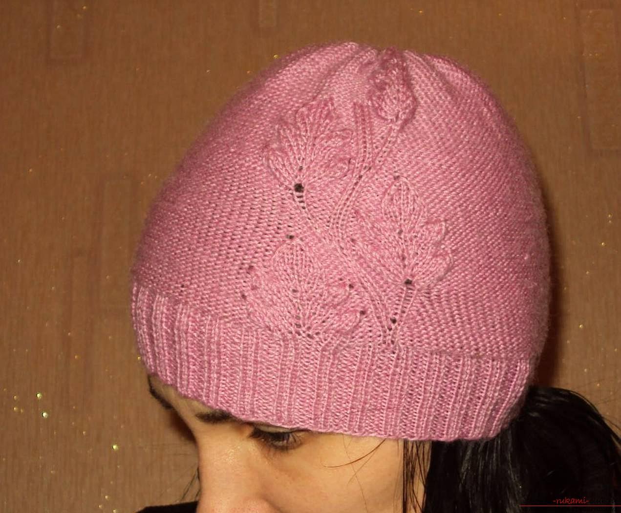 вязаная спицами оригинальная весенняя шапка для женщин. Фото №4