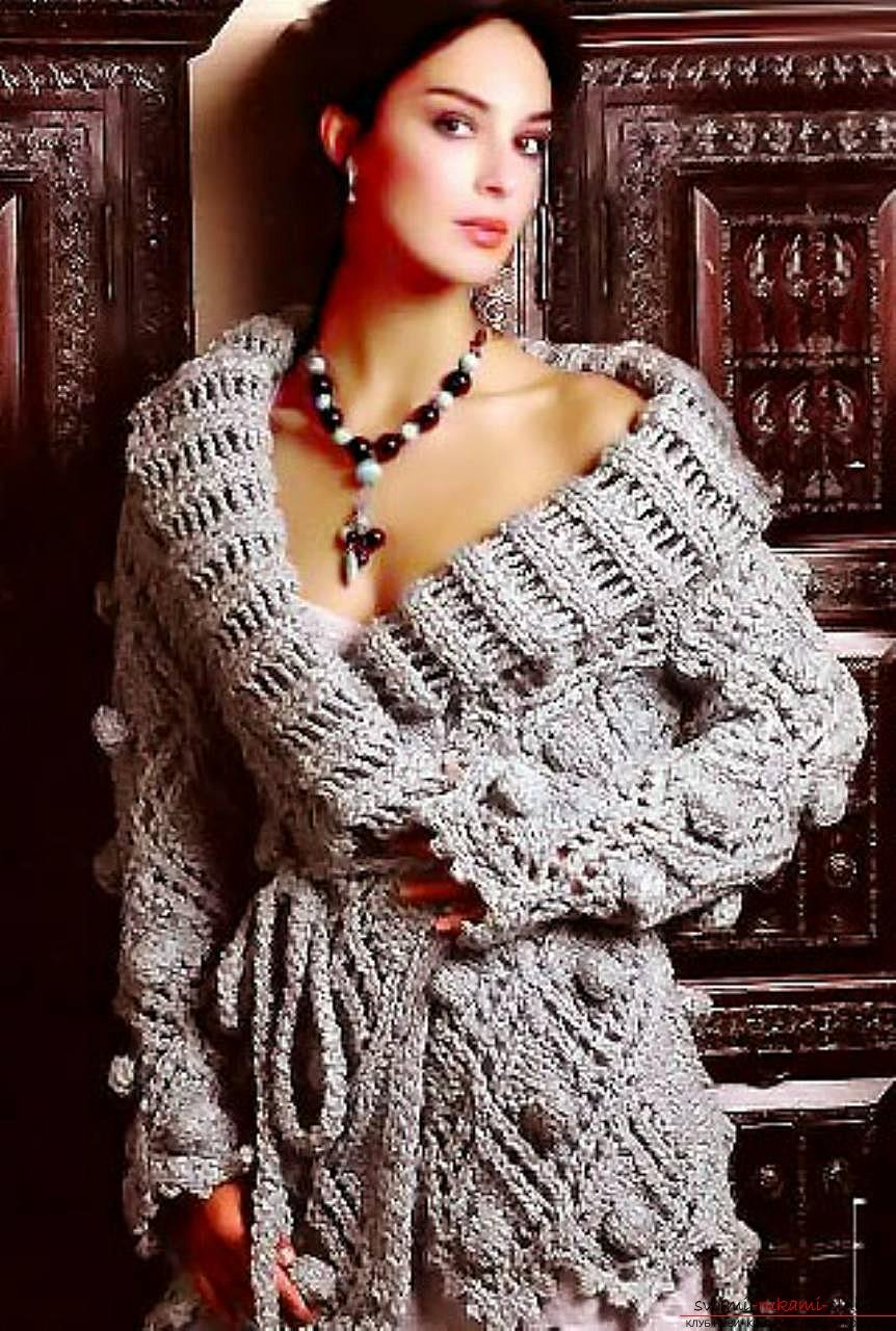 вязаный на спицах изысканный женский осенний кардиган. Фото №5