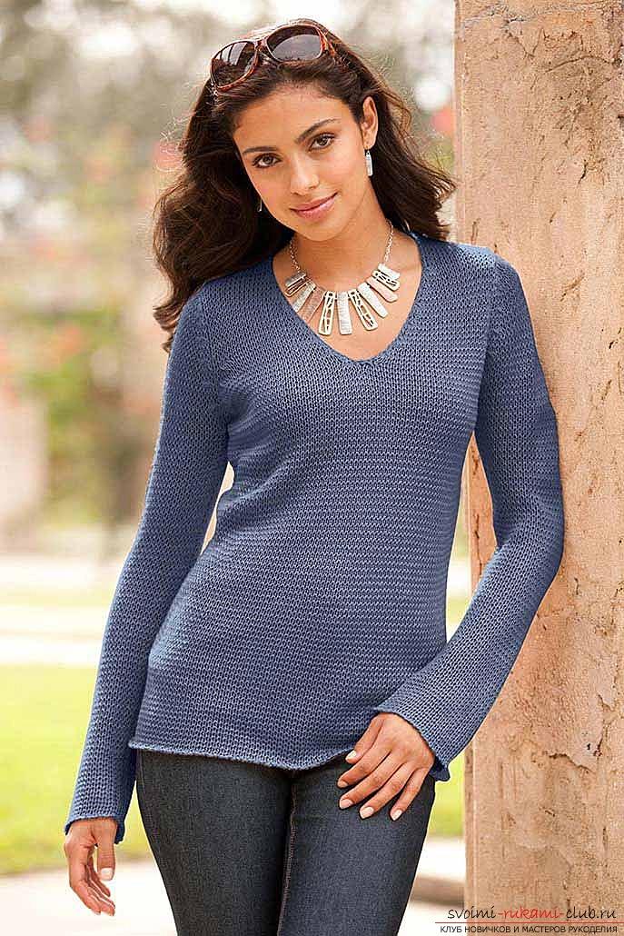 на спицах женский пуловер,