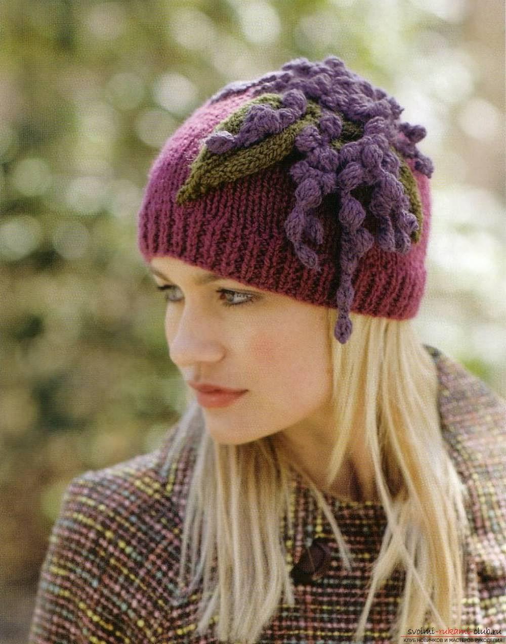 вязаная спицами оригинальная весенняя шапка для женщин. Фото №3