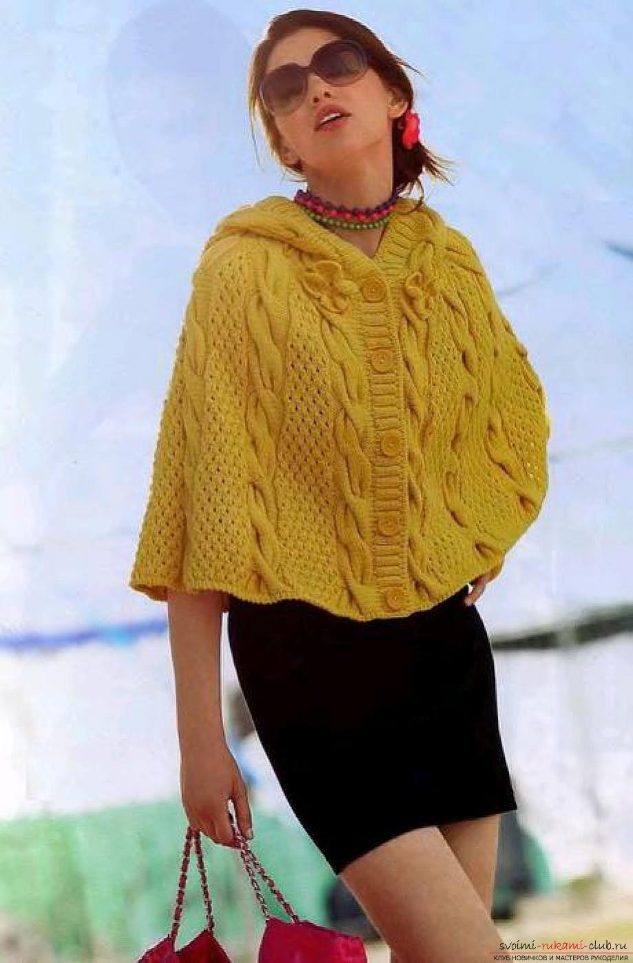 вязаное на спицах широкое женское пончо. Фото №1