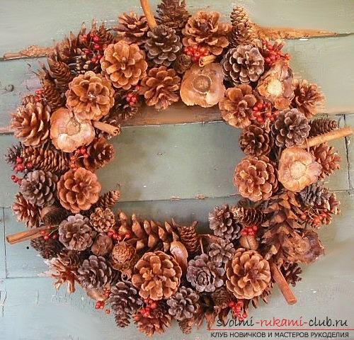 Традиционное украшение рождественский венок своими руками.</p> </div> <p> Порядок работы. Фото №1″/> </em></p> <p>Помимо искусственных украшений, популярны также новогодние и рождественские украшения из натуральных материалов, и лучшим тому примером является рождественский венок из шишек. Им можно украсить входную дверь или просто повесить в комнате.</p> <p> Сделать его не составит особого труда даже для начинающего мастера.</p> <p> Главное делать все по порядку и подобрать хорошо сочетающиеся материалы, чтобы венок получился ярким и красивым.</p> <p><div style=