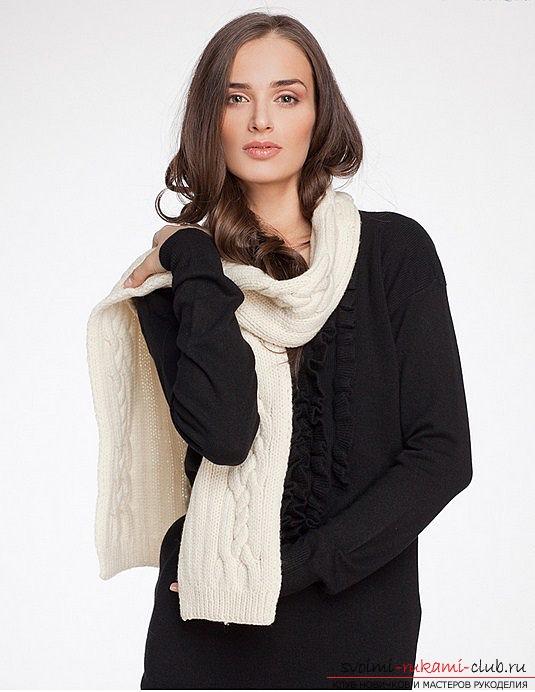 вязаный спицами шарф для женщин. Фото №7