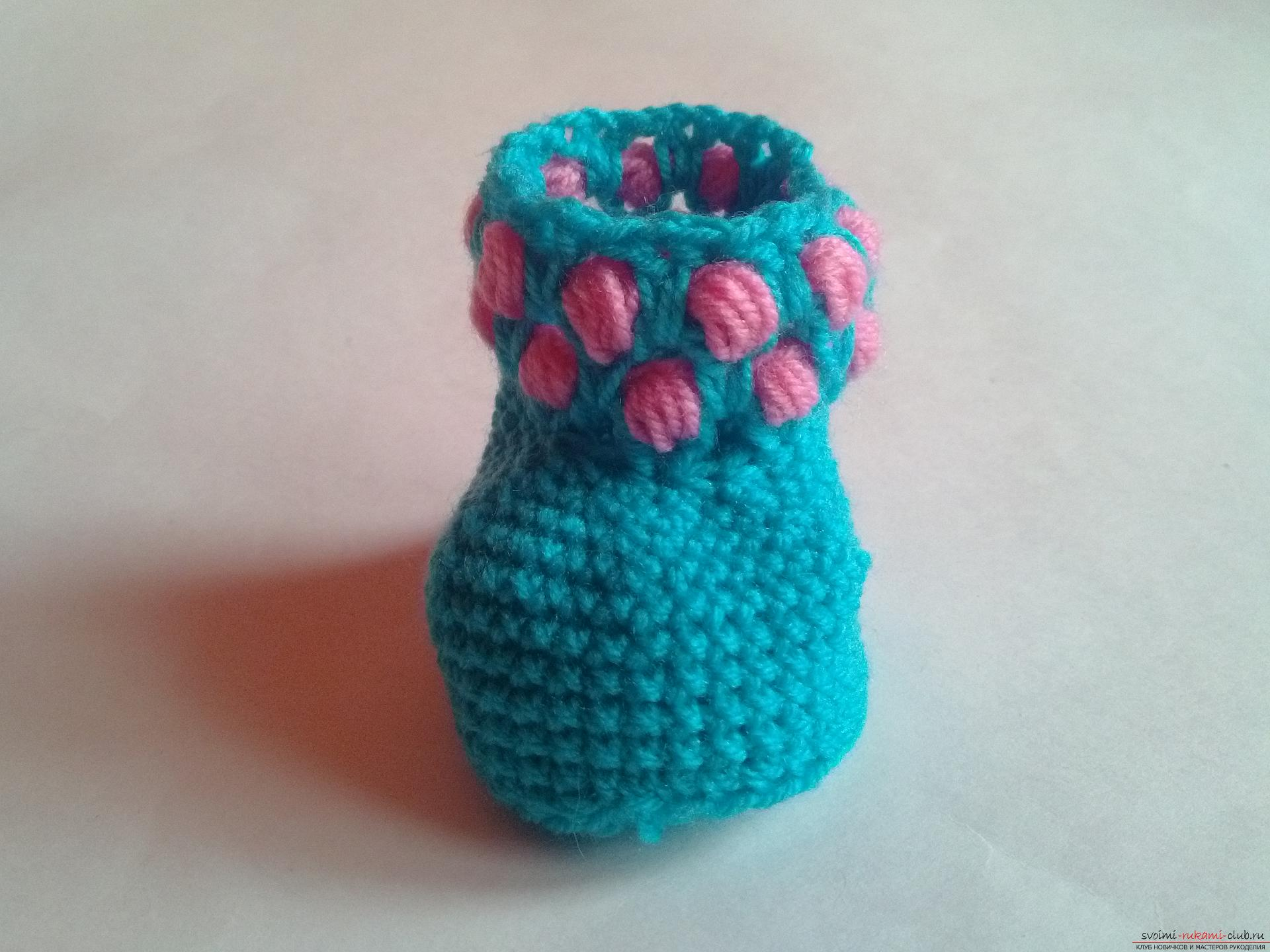Мастер-класс крючком подробно описывает и показывает на фото вязание пинеток для малыша.. Фото №19