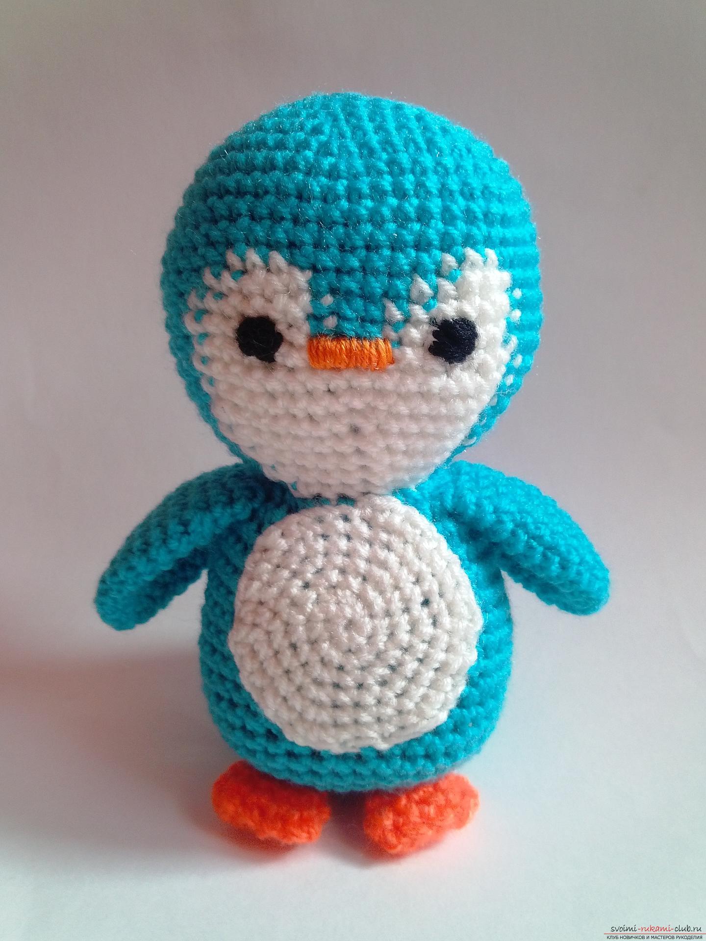 Этот мастер-класс вязания игрушки крючком подробно описывает и показывает на фото как вяжется пингвин своими руками.. Фото №1