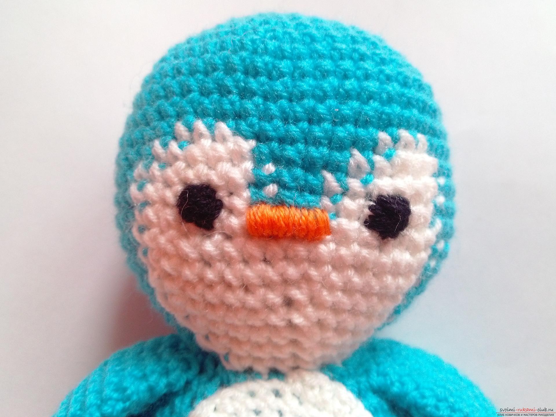 Этот мастер-класс вязания игрушки крючком подробно описывает и показывает на фото как вяжется пингвин своими руками.. Фото №9