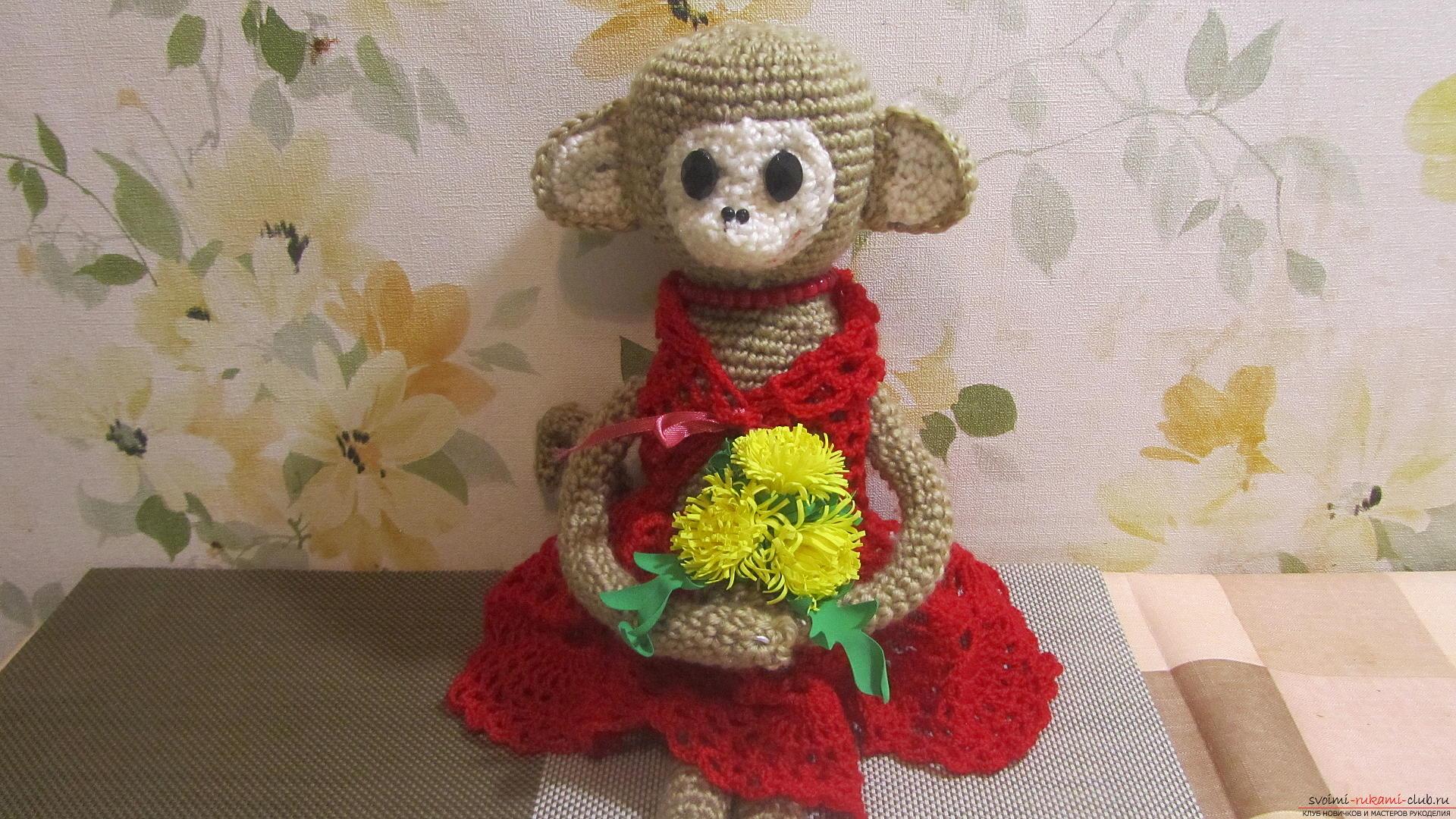 Одежду для мягких игрушек можно <i>связать</i> связать крючком своими руками, будем одевать игрушечную обезьянку.. Фото №1
