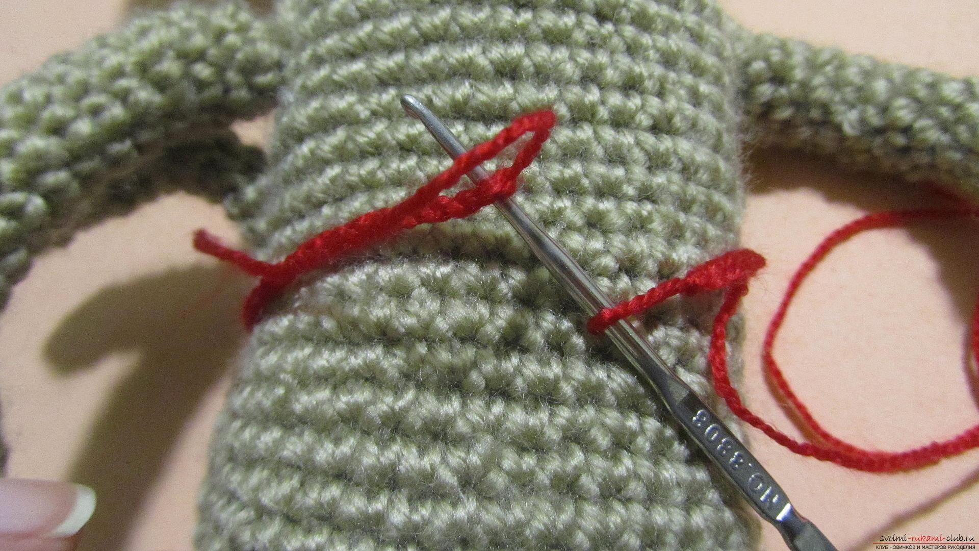 Одежду для мягких игрушек можно связать крючком своими руками, будем одевать игрушечную обезьянку.. Фото №2