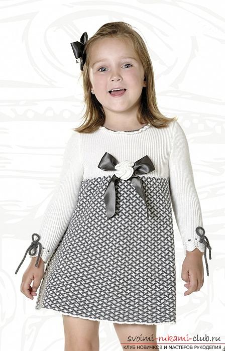 Вязаное спицами платье для девочки.</p> </div> <p> Схема и описание выполнения работы.</p> <p> Фото и рекомендации специалистов по последовательности вязания платья. Фото №1″/></p> <p>Для вязки платья используется крашенная секционная пряжа. Она существенно, упрощает рабочий процесс, так как рукодельнице не потребуется тратить деньги и покупать множество разноцветных клубков.</p> <p> Кроме того, в работе не возникнет проблемы соединения и скрывания появляющихся хвостиков.</p> <p> Использование секционной пряжи предоставляет возможность вязать лицевой гладью, что, ни коим образом, не повлияет на оригинальность, нестандартность и уникальность готового изделия.</p> <p><div style=
