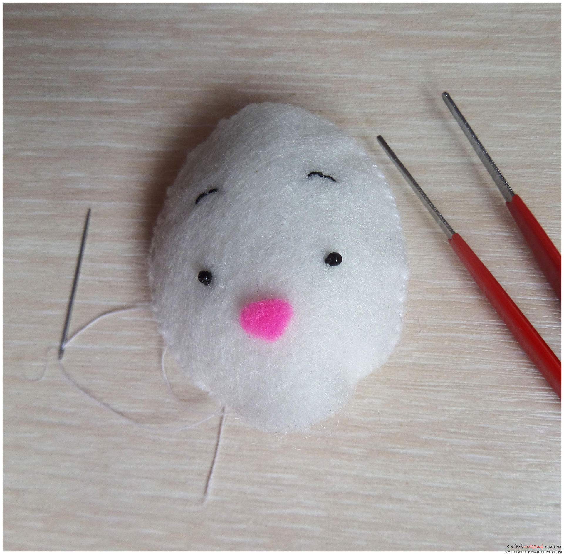 Этот подробный мастер-класс с выкройкой и описанием научит как сшить своими руками игрушку из фетра