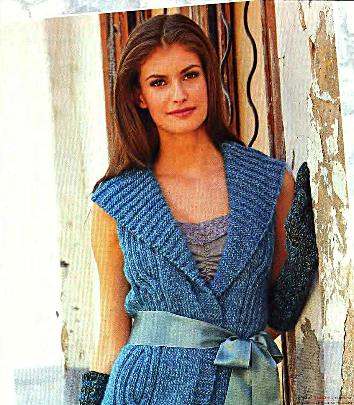 вязаный голубой жилет для женщин с узором из кос. Фото №7