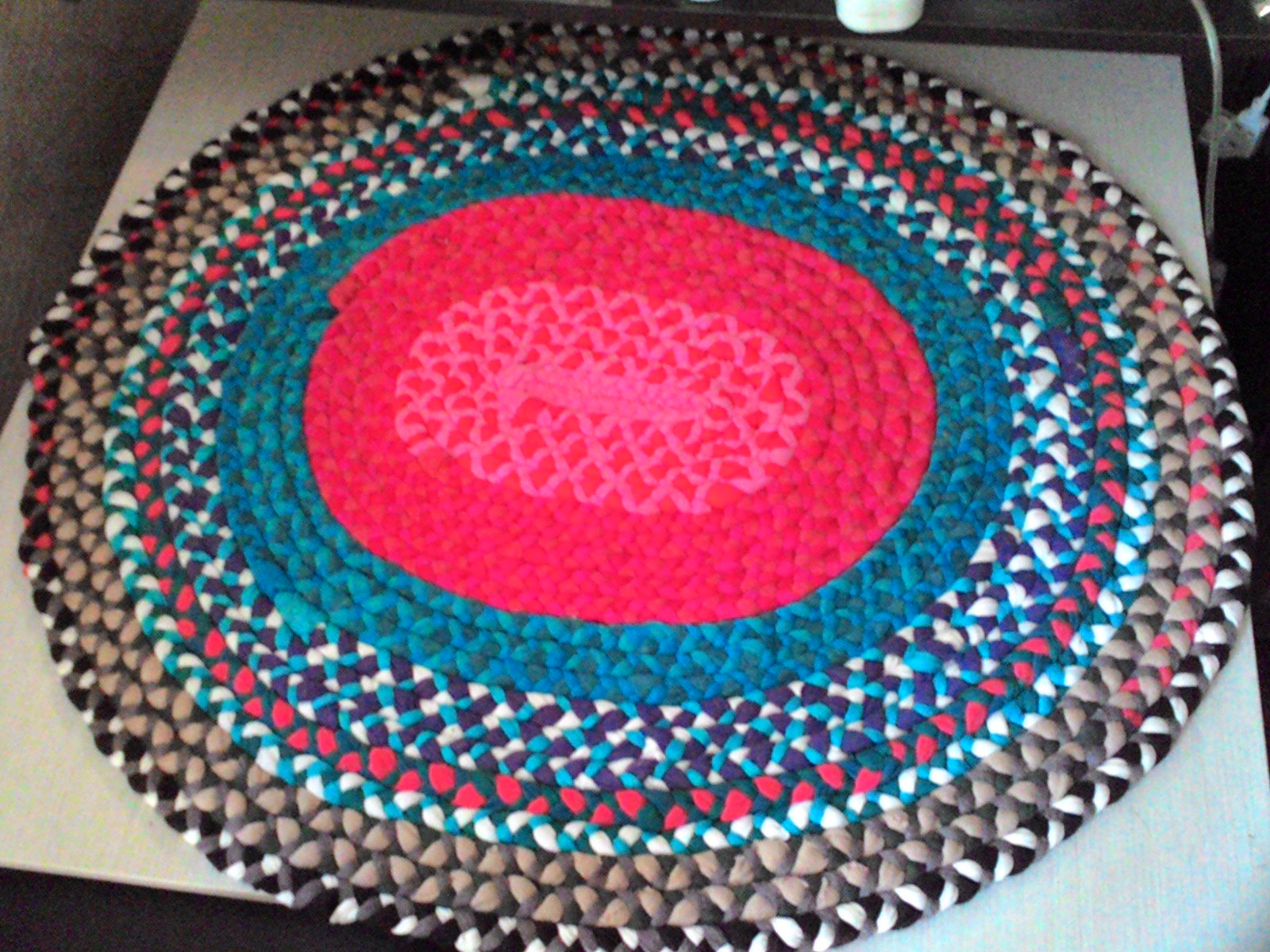 12 необычных идей как сделать коврики из старых вещей 2
